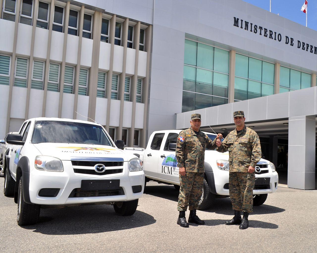 Ministro de Defensa entrega dos Camionetas al ICM