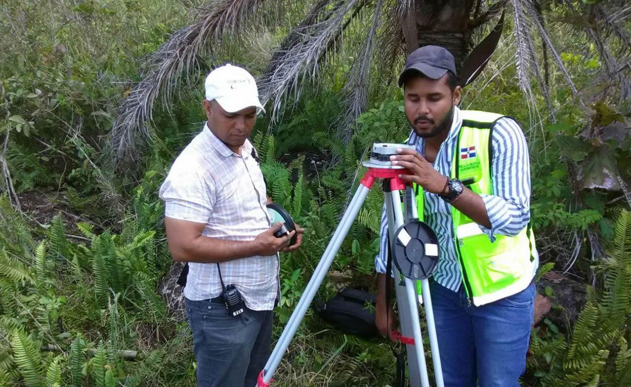 Brigada del Departamento de Geodesia replanteando el vértice de control en la Loma Media Cara, en la comunidad de El Mamey, Municipio de Monte Plata