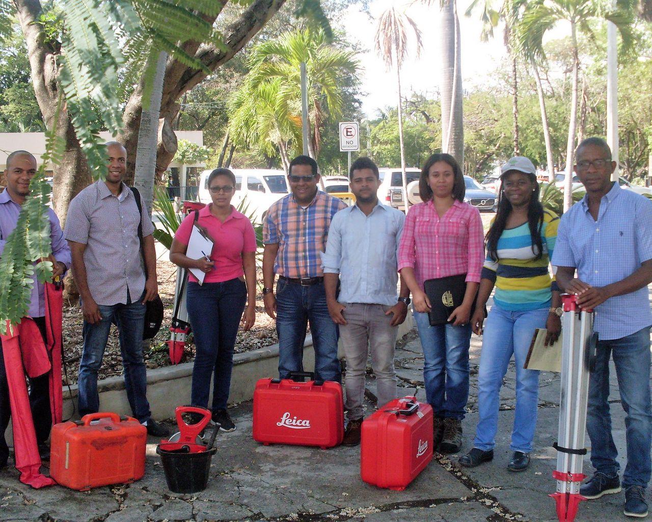Estudiantes del curso de Geodesia recibiendo instrucciones con los equipos GNSS