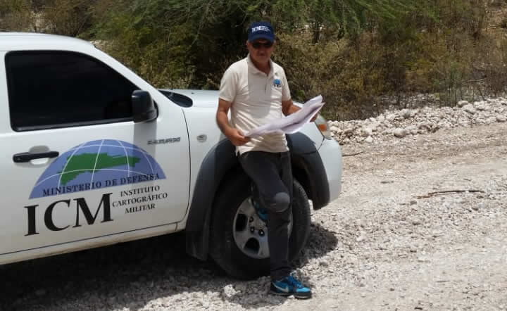 Brigada del ICM haciendo labores de levantamiento en el Distrito Municipal de Canoa donde se construirá un parque solar