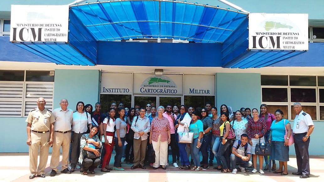 Estudiantes de la Universidad UNICARIBE en un taller/recorrido en las instalaciones del ICM